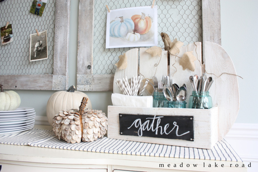 Rustic pumpkin stand - Decorating your home for autumn doesn't have to break your bank. Here are 25 of the prettiest DIY Fall Decor Projects that you can create yourself for a fraction of the cost.  These are my favorite picks for the best rustic farmhouse decor for fall!