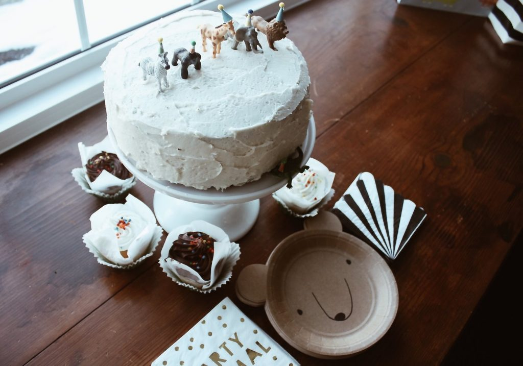 animal cake + farmhouse birthday party on a budget boys girls indoor outdoor