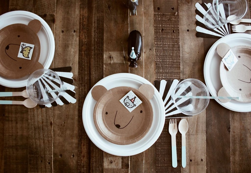 animal place setting + farmhouse birthday party on a budget boys girls indoor outdoor